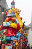 OLDENZAAL NEDERLÄNDERNA - MARS 6: Jätte- diagram under den årliga karnevalet ståtar i Oldenzaal, Nederländerna Royaltyfria Foton