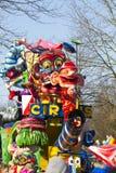 OLDENZAAL NEDERLÄNDERNA - MARS 6: Jätte- diagram under den årliga karnevalet ståtar i Oldenzaal, Nederländerna Arkivfoto