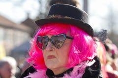 OLDENZAAL, NEDERLAND - MAART 6, 2011: De mensen in kleurrijk Carnaval kleden zich tijdens de jaarlijkse Carnaval-parade in Onder- Stock Foto
