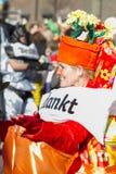 OLDENZAAL, NEDERLAND - MAART 6, 2011: De mensen in kleurrijk Carnaval kleden zich tijdens de jaarlijkse Carnaval-parade in Onder- Royalty-vrije Stock Foto's
