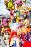 OLDENZAAL, NEDERLAND - MAART 6, 2011: De mensen in kleurrijk Carnaval kleden zich tijdens de jaarlijkse Carnaval-parade in Onder- Royalty-vrije Stock Fotografie