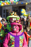 OLDENZAAL, PAÍSES BAIXOS - 6 DE MARÇO DE 2011: Os povos no carnaval colorido vestem-se durante a parada de carnaval anual em Olde Fotos de Stock Royalty Free