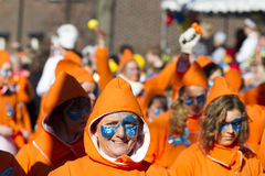 OLDENZAAL, PAESI BASSI - 6 MARZO 2011: La gente nel carnevale colourful si veste durante la parata di carnevale annuale in Oldenz immagini stock libere da diritti