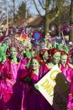 OLDENZAAL, PAYS-BAS - 6 MARS 2011 : Les gens dans le carnaval coloré s'habillent pendant le défilé de carnaval annuel dans Oldenz Photos libres de droits
