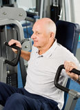 Older man exercising at the gym Royalty Free Stock Photos
