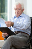 Older man reading notes Royalty Free Stock Photography