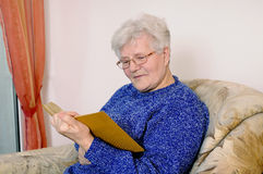 Older woman reads a book Royalty Free Stock Photos