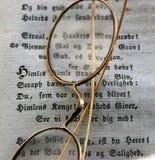 Oldfashioned стекла с книгой Стоковая Фотография RF