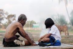 Oldman en meisje in het platteland Royalty-vrije Stock Foto's