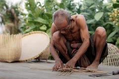 Oldman in platteland weeft Stock Foto