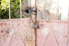Oldpink rostig metalldörr som härlig tappningbakgrund Fotografering för Bildbyråer