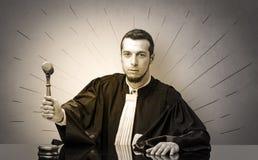 Oldscool jonge rechter in toga het beslissen stock foto
