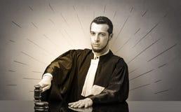 Oldscool jonge rechter in toga het beslissen stock afbeelding