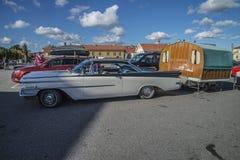 1959年Oldsmobile动态88小轿车,有有蓬卡车的 免版税库存照片