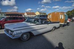 1959年Oldsmobile动态88小轿车,有有蓬卡车的 库存图片