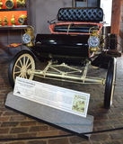 1903年Oldsmobile弯曲的破折号轻便汽艇 免版税库存照片