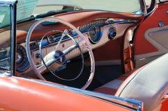 1955年Oldsmobile敞篷车仪表板 库存照片