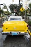 Oldsmobile classico con la griglia di radiatore del cromo ha parcheggiato davanti a Fotografia Stock Libera da Diritti