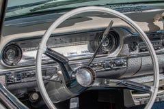 Oldsmobile dynamisch - klassisches sportliches Kabriolett der sechziger Jahre stockbilder