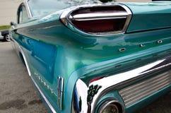 Oldsmobile en el azul - color brillante del cuarto de la parte posterior del cromo Foto de archivo libre de regalías