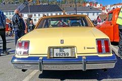 Oldsmobile in lichtgeel Stock Afbeeldingen