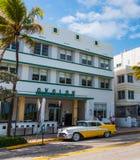 Oldsmobile rakieta 88 parkująca Avalon hotelem na ocean przejażdżce zdjęcia stock