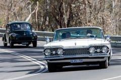 Oldsmobile som 1959 kör på landsvägen Royaltyfria Bilder