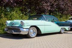 1957年Oldsmobile Starfire 98个假日小轿车 免版税库存照片