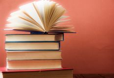OldStack красочных книг Предпосылка образования задняя школа к Книга, книги hardback красочные на деревянном столе Образовательны Стоковые Изображения RF