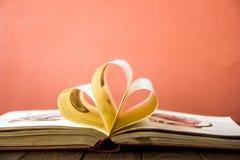 OldStack красочных книг Предпосылка образования задняя школа к Книга, книги hardback красочные на деревянном столе Образовательны Стоковое фото RF