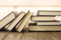 OldStack dei libri variopinti Fondo di istruzione Di nuovo al banco Prenoti, libri variopinti della libro con copertina rigida su Fotografie Stock Libere da Diritti