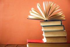 OldStack kolorowe książki Edukaci tło tylna szkoły Rezerwuje, hardback kolorowe książki na drewnianym stole Edukacja biznes Obrazy Stock