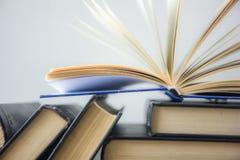 OldStack kolorowe książki Edukaci tło tylna szkoły Rezerwuje, hardback kolorowe książki na drewnianym stole Edukacja biznes Zdjęcie Stock
