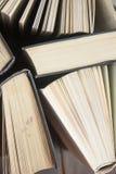 OldStack kolorowe książki Edukaci tło tylna szkoły Rezerwuje, hardback kolorowe książki na drewnianym stole Edukacja biznes Zdjęcie Royalty Free