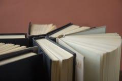 OldStack kolorowe książki Edukaci tło tylna szkoły Rezerwuje, hardback kolorowe książki na drewnianym stole Edukacja biznes Obraz Stock