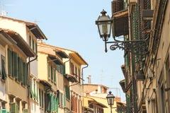Oldstyle lyktor på fasader av husen i Florence, Italien Arkivfoton