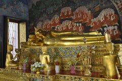 Oldtbeeldhouwwerk van doende leunen Boedha bangkok thailand stock foto's