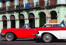 Oldtimer Кубы американский в городе Гаваны на главной улице Стоковое Изображение RF