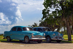 Oldtimer Кубы американский с голубым небом Стоковые Изображения RF
