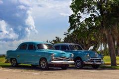 Oldtimer américain du Cuba avec le ciel bleu Images libres de droits