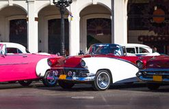 Oldtimer americano de Cuba na rua principal em Havanna Foto de Stock Royalty Free