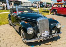 Oldtimer de Mercedes 220 au jour national annuel d'oldtimer dans Lelystad Photo stock