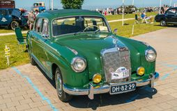 Oldtimer de Mercedes 220 en el día nacional anual del oldtimer en Lelystad Imagen de archivo libre de regalías