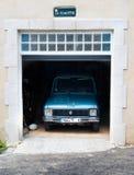 Oldtimer estacionado na garagem Fotos de Stock