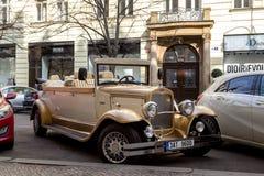 Oldtimer für Sightseeing-Toure in Prag Stockbild