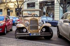 Oldtimer für Sightseeing-Toure in Prag Lizenzfreie Stockbilder