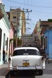Oldtimer i gator av Santiago arkivfoton