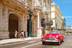Oldtimer nahe bei dem großen Theater und den berühmten Hotels in altem Havana stockbilder