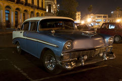 Oldtimer parked in front of cuban Capitolio Royalty Free Stock Images