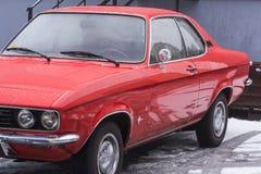 Oldtimer röda Opel Manta fotografering för bildbyråer